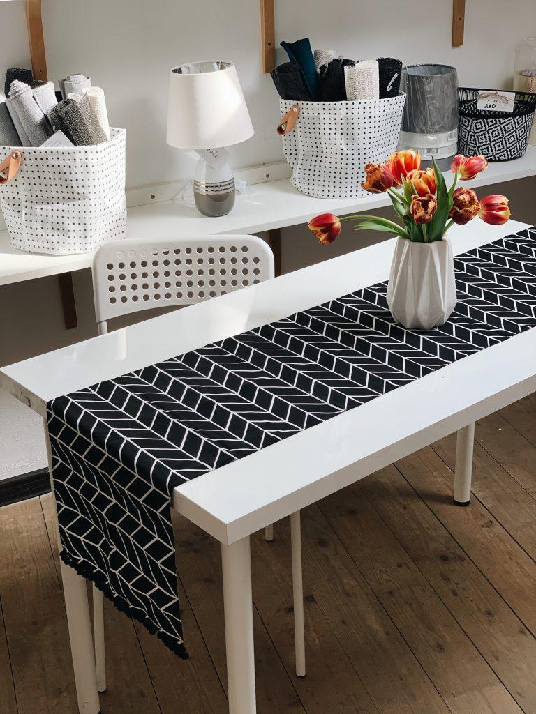 чорна доріжка для столу